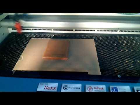 Pembuatan custom nama di dompet kulit