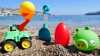 Spielen am Strand 🌊 #BadPiggie und #Spielzeugautos vergraben die Eier – Video für Kleinkinder
