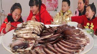 【陕北霞姐】霞姐自创猪肉新做法,66元半个猪头,淋上大蒜汁,啃得满嘴流油,过瘾!