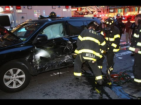 FDNY extricates trapped drivers, rips door w/ hurst tool ( L16 & E39 )