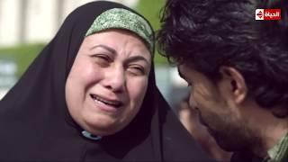 الجنة تحت أقدام الأمهات ليست مجرد كلمات😢 ..   مشهد مؤثر لتضحية الام من أجل أبنائها    #بين_السرايات
