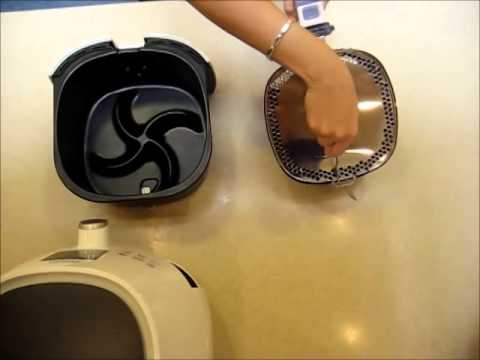 Removing the splatter-proof, multifunctional lid of the Philips Airfryer with a fork