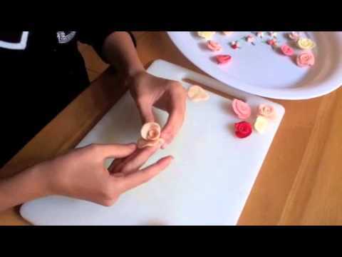 Arantxa making sugar roses with fondant without cutters