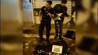 Αστυνομικός τραγουδά με πλανόδιο στο Μοναστηράκι !!!