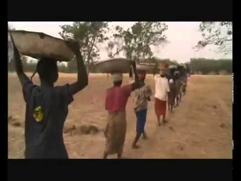 How Africans build cob houses/ Как африканцы строят саманные дома (Part 1)