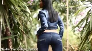 Красивая девушка позирует в джинсах