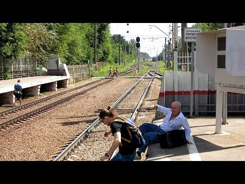 Passangers jump down to tracks at Podlipki-Dachnye station, Moscow oblast