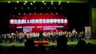 De Koninklijke Harmoniekapel Delft o.l.v. Steven Walker speelt Second Waltz (Shostakovich, arr. Johan de Meij) in ChengDe, China op 3 mei 2012.