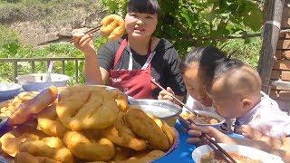 """陕西特色""""油饼子"""",加粉汤,早饭吃清淡美味,女儿说特别好吃!【陕北霞姐】"""