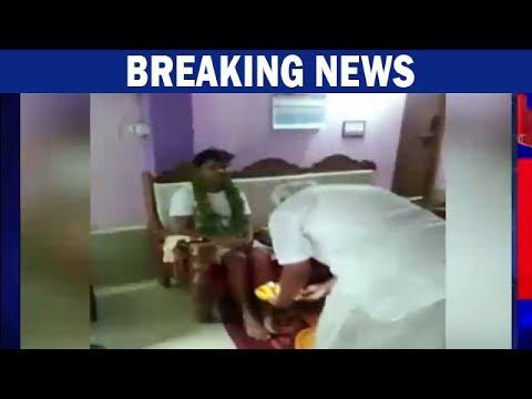 Congress MLA Ramesh Kumar Performs Aarti & Washes Feet Of 20 Year Old Guru