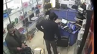 Un Homme Vole Un Ordinateur Portable