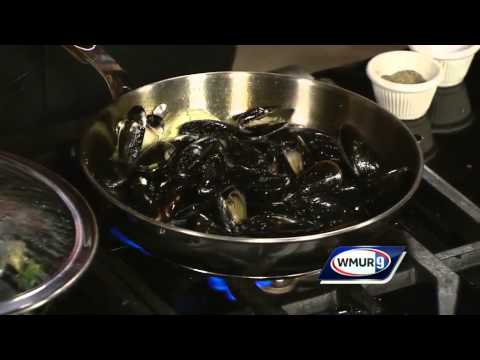 Steamed mussels with garlic, white wine, cream