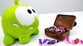 Видео для детей про #игрушки. АМ НЯМ (ням ням) перевернул дом в поисках конфет 🍬 Приключения Ам Няма