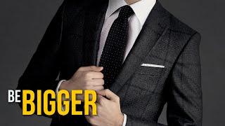 НОВЫЙ ФОРМАТ ОБУЧЕНИЯ МУЖСКОМУ СТИЛЮ http://bebigger.ru/mastergroup/  Как покупать одежду выгодно? https://goo.gl/qJqNdT Вебинары о Мужском стиле http://goo.gl/JqngJq Подписка на канал Be Bigger http://goo.gl/UAkn9y Помочь проекту материально https://goo.gl/YFJBNj Все видео о Сексе https://goo.gl/fCnctz Все видео о Стиле https://goo.gl/et8AbW Все видео о Стрижках https://goo.gl/z8lo07 Все видео об Отношениях https://goo.gl/iT79v1  Как же выбрать правильный мужской костюм, который будет идеально сидеть и радовать взгляд деловых партнеров и милых девушек? Мы разберемся в основных нюансах выбора и покупки костюма на примерах из магазина Mango Man.  Нижняя пуговица пиджака всегда должна оставаться расстегнутой, как в нашем видео. Ошибку со всеми застегнутыми пуговицами совершают даже голливудские звезды — не ведитесь на это.  Еще раз про брюки: если они уже 19 сантиметров, то должны только слегка накладываться на обувь, а вот если шире, то должны доходить примерно до середины пятки.  Как получается значение Drop? Все просто, есть даже формула, которой вы можете воспользоваться —  из обхвата груди нужно вычесть обхват талии и разделить на 2!  Подписывайтесь на нас в социальных сетях, чтобы знать больше о мужском стиле и других проектах канала!  Be Bigger в соцсетях: http://vk.com/be_bigger https://www.facebook.com/bbggr https://instagram.com/be_bigger  Георгий Кончев http://vk.com/g.konchev  Основатели канала: Алексей Шулепов http://vk.com/alshulepov Дмитрий Широков https://vk.com/yffilmschirk