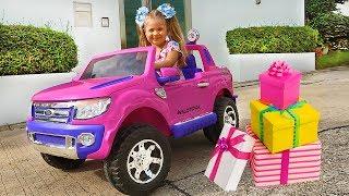 """डायना और उसके नए खिलौने – बच्चों का """"गिफ्ट डे"""""""