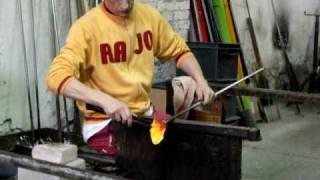Mestre vidraceiro trabalhando em Murano