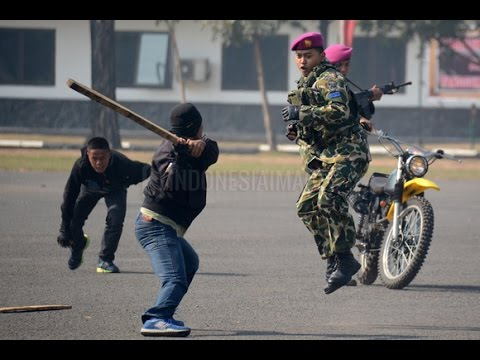 Marinir ini mampu robohkan 5 Preman sendirian. (Demonstrasi beladiri Militer)