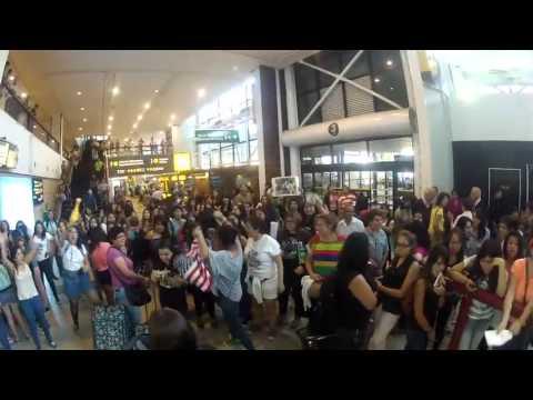 Fãs Aguardam os Jonas no Aeroporto do Chile!