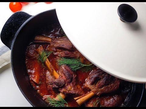 Lamb shanks braised in tomato sauce موزات غنم بصوص الطماطم