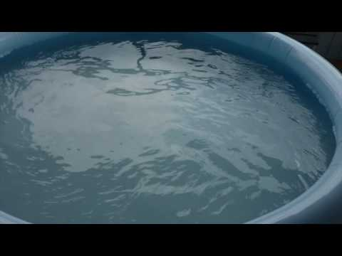 Como limpiar fondo piscina hinchable - How to clean bottom inflatable pool with a piece of hose.