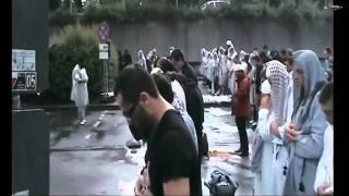 Muslims praying salah in the Rain - Allahu Akbar! Amazing video!