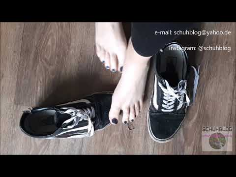 Dominique: Playing barefeet with her old Vans Oldskool
