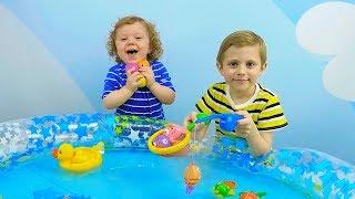 Download ВЕСЁЛАЯ РЫБАЛКА для детей! Даник и Никита играют в рыбалку - Носики Курносики детский канал Video