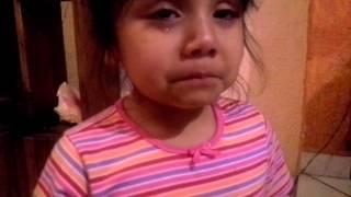 niña no canta y su hermana se enoja