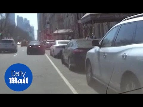 Two drivers fight for prime New York parking spot - Daily Mail