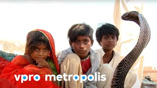 Snake charmer in Pakistan - vpro Metropolis