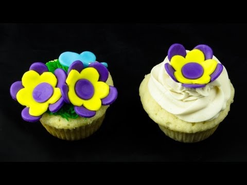 Fondant Cupcake Flower: How-to by Cookies Cupcakes and Cardio