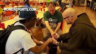 Người đàn ông vô gia cư từ bỏ ma túy để trở thành tu sĩ dòng Phan Sinh