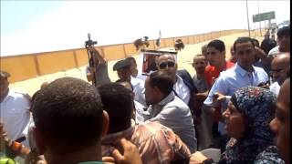 ضرب إخوانى بالجزم بعد رفعه علامة رابعه فى جنازة النائب العام