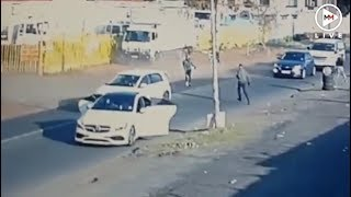 Smart driver outmanoeuvres armed robbers