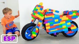 Vlad y Nikita montan en moto deportiva de juguete