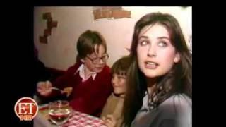 Demi Moore besa apasionadamente a un niño
