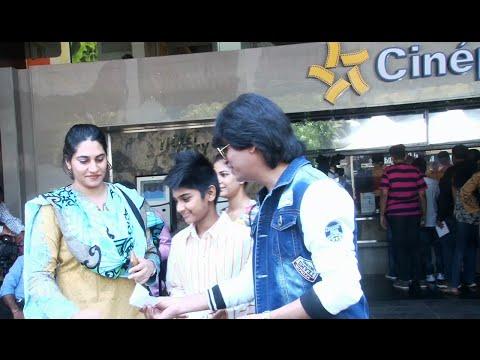 Shahrukh Khan's DUPLICATE distributing free FAN movie tickets.