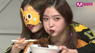DIA Members Feed Each Other Jajangmyeon Blindfolded [MEET&GREET]