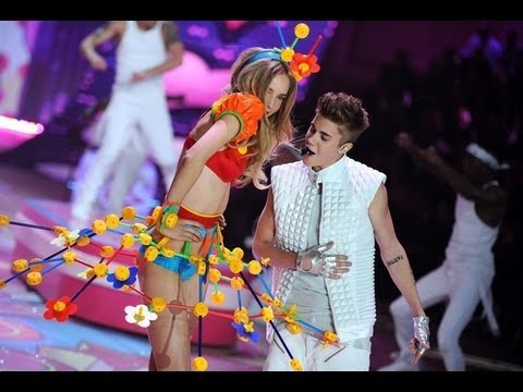 Download Victoria Secret 2012: Justin Bieber - Beauty and a Beat/ As long as you love me LIVE/HD MP3 Gratis