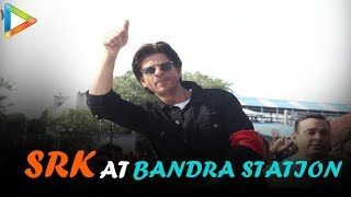 Shah Rukh Khan causes FAN FRENZY at Bandra Railway Station