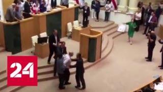 В Тбилиси оппозиция штурмует здание парламента - Россия 24