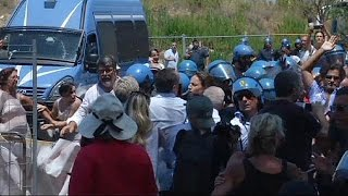Italy: angry locals refuse to accept migrants in their communities