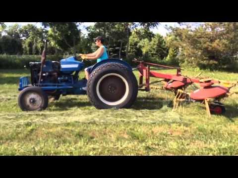 Tedding hay with New Holland 255 Rake/Tedder