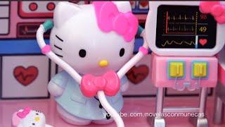 En este video les traigo dos juguetes de Hello Kitty. El primero es el avión de Hello Kitty que trae tres muñequitos de personajes de Sanrio,  comida, el carrito de la aeromoza, una cámara que es una estampa, el avion que se abre y también trae mesitas en los sillones.  El segundo juguete es el set de rescate de Hello Kitty. Este set viene con la ambulancia y el helicóptero. También trae a Hello Kitty doctora y enfermeras.   Para ver videos de los mejores juguetes de Hello Kitty, te invito a ver esta lista. https://www.youtube.com/watch?v=d2buLti22Rc&list=PLRmt2aOwgqoH5UNejOzKbFRqyaQZjoCNX&index=1  Otros videos y series de muñecas que podrían gustarte  Videos de la cuentos de hadas con muñecas de Disney y de Barbie https://www.youtube.com/watch?v=EKv2w9le92g&index=3&list=PLRmt2aOwgqoGSW3C70q9fGLj7DK7paZh5  Serie de Frozen y Princesas de Disney https://www.youtube.com/watch?v=USv1tRhVxR4&index=1&list=PLRmt2aOwgqoFILExLz8j1cF6pvysRQuYE  Videos de Monster High en español https://www.youtube.com/watch?v=Ula1tJHEiiQ&index=1&list=PLRmt2aOwgqoHbSj1JBegVF0I0LLwkhio1  Barbie - Junto al mar - Capítulos completos https://www.youtube.com/watch?v=DDeiEs9OcHU&index=1&list=PLRmt2aOwgqoHjCORYujwNjC8IYpl-caXd  Sobre mis videos de juguetes: Este es un canal de juguetes en español. Me encantan los juguetes porque son una excelente manera de estimular la creatividad en los niños. Mientras los niños se divierten jugando, están aprendiendo tantas cosas en diferentes áreas sin ni siquiera darse cuenta.   En mis videos hago revisiones y comentarios de cada juguete para que los niños aprendan a fijarse en los detalles. También hago una demostración con historias cortas mediante las cuales trato de transmitir muchas enseñanzas positivas para niños y jóvenes.   Redes sociales: Facebook https://www.facebook.com/novelasconmunecas Twitter https://twitter.com/barbienovelas Google + https://plus.google.com/+novelasconmunecas/posts
