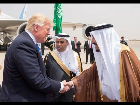 Xxx Mp4 لحظة استقبال الملك السعودي سلمان بن عبد العزيز للرئيس الأمريكي دونالد ترامب في مطار الرياض 3gp Sex