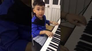 """Anh """"kép nhí"""" của Thu Trang và Tiến Luật  diễn sâu khi đàn piano"""