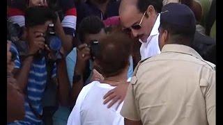 Vinod Khanna's last rites: Emotional Akshaye Khanna reaches Worli Crematorium