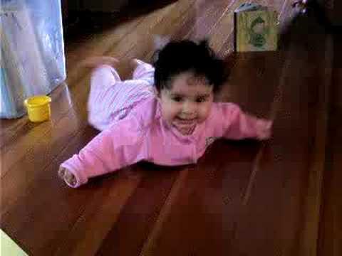 baby learns to crawl/creep