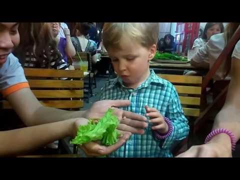 Tom tries vietnamese Goi Cuon summer roll