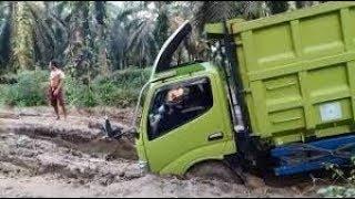 Truck Sawit Tergelincir di Lumpur dan Terbalik 2018